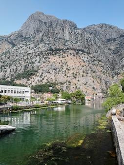 Stagno vicino alla torre di kampana a cattaro, montenegro