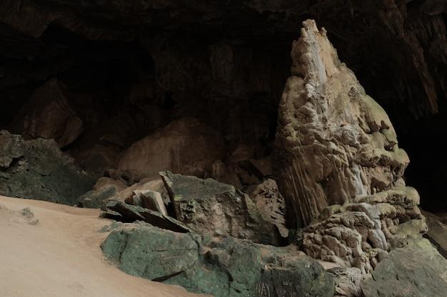 Stalagmite all'interno della grotta. mae usu cave thailand