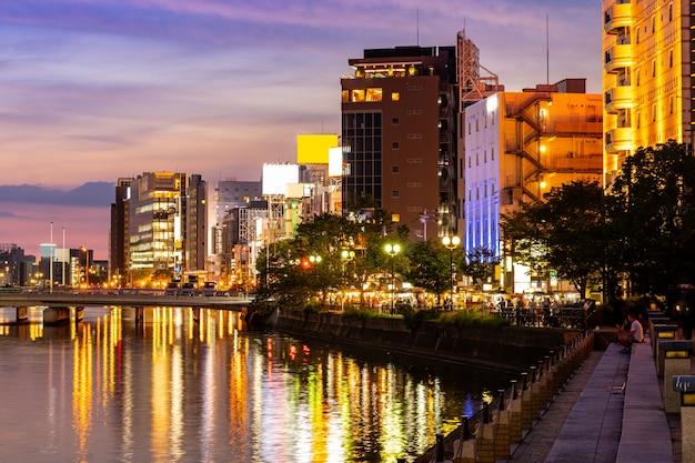 Stalla dell'alimento di yatai di tramonto del fiume fukuoka naka