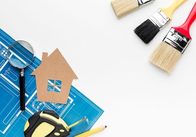 Stampa blu di una casa e pennelli