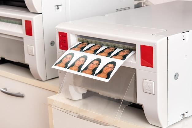 Stampa delle foto del passaporto di una donna su una stampante