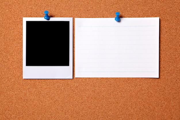 Stampa fotografica in bianco e una carta di indice di ufficio
