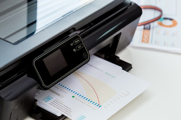 Stampante, copiatrice, scanner. tavolo da ufficio