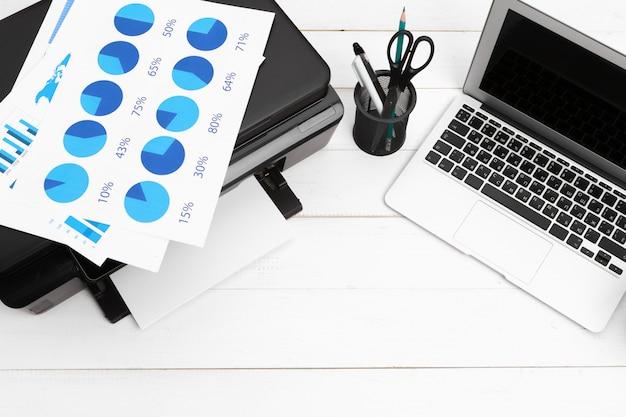 Stampante e computer. tavolo da ufficio. vista dall'alto.