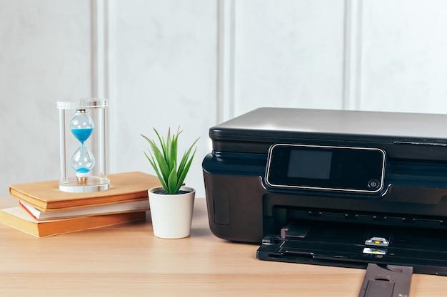 Stampante multifunzione pronta per la stampa, copia, scansione in ufficio