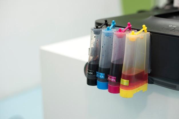 Stampante serbatoio a getto d'inchiostro. computer e concetto di colore
