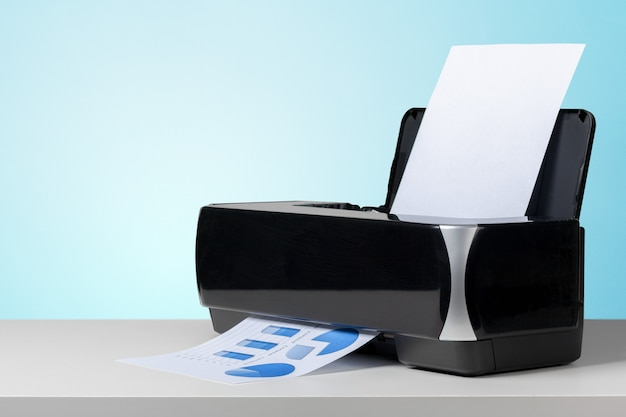 Stampante sulla scrivania bianca