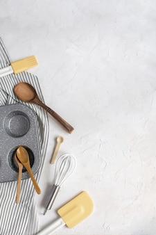 Stampo per cupcake in metallo, frusta, cucchiai di legno, spatola in silicone