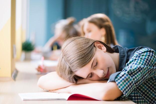 Stanco studente dorme al tavolo