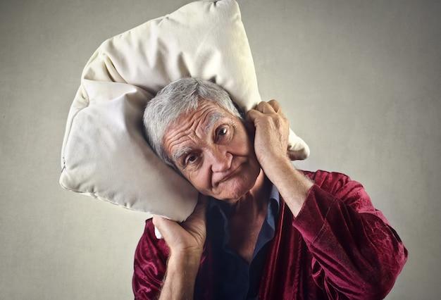 Stanco vecchio con un cuscino