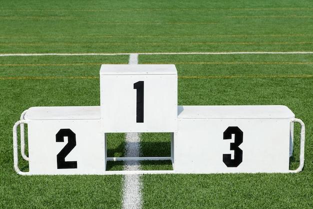 Stand di premiazione sportiva bianca nel campo sportivo