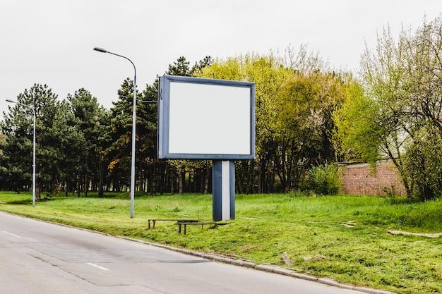 Stand pubblicitari vuoti sul ciglio della strada