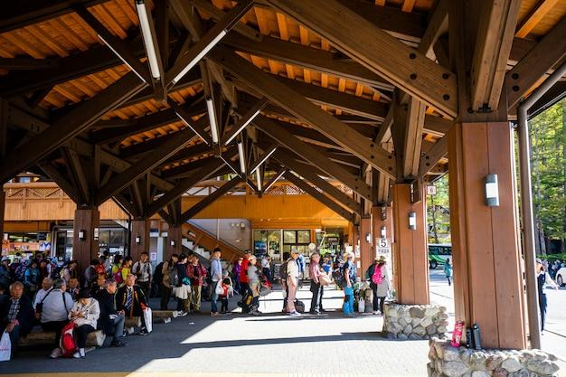 Stand turistico in fila in attesa di prendere il bus