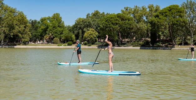 Stand up paddle group sull'acqua