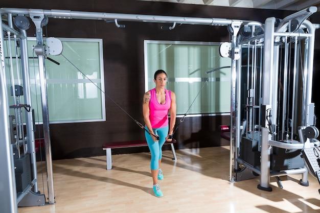 Standing cable crossover fly vola l'allenamento della donna