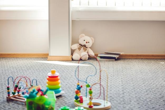 Stanza con i bambini giocattoli posti sul tappeto