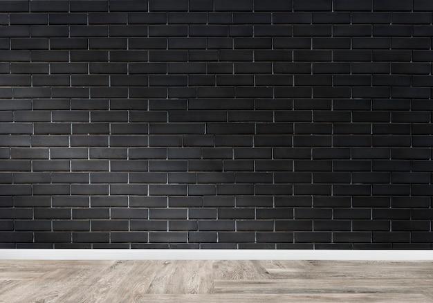 Stanza con un muro di mattoni nero