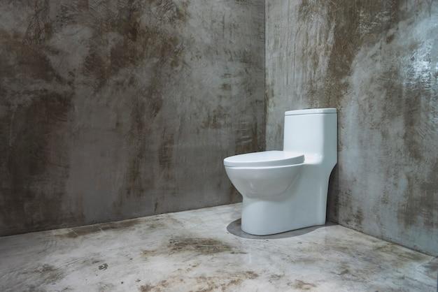 Stanza industriale arrugginita di lerciume con la toilette