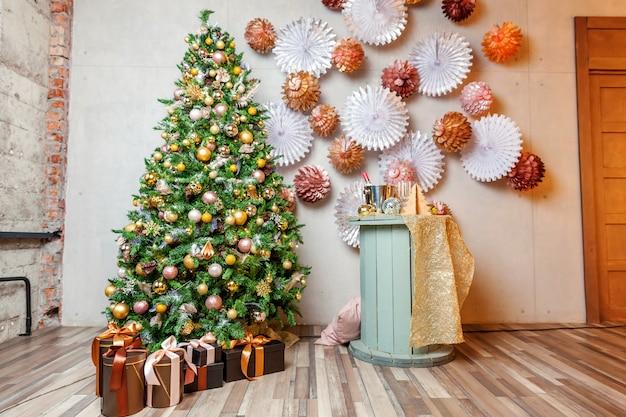 Stanza interna decorata classica di nuovo anno di natale