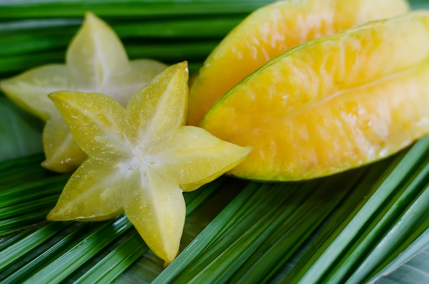 Starfruit, carambola su foglia verde