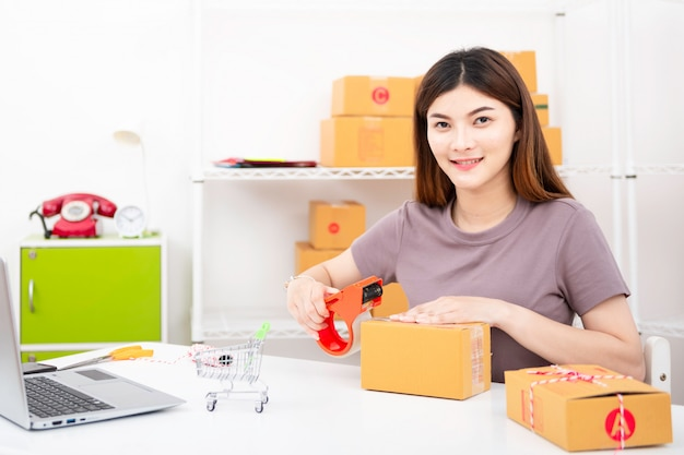 Start up small business enterprise sme, stile di vita di nuova generazione di giovani imprenditori che utilizzano laptop per attività online