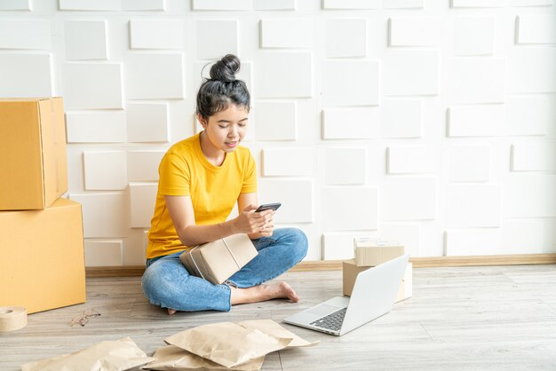 Startup imprenditrice di piccole imprese pmi lavoro freelance con smart phone