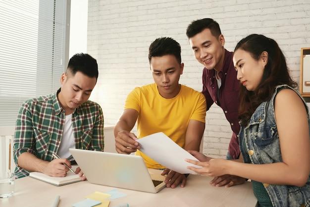Startup team di progetto che lavora in ufficio per organizzare l'azienda