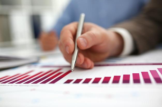 Statistiche finanziarie disponibili della pentola della tenuta dell'uomo d'affari