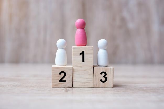 Stativo di legno rosa del giorno del vincitore su una cima dello stato o del vincitore.