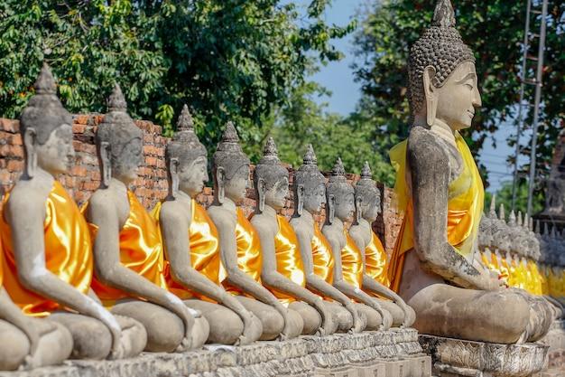 Stato di buddha in vecchio tempio antico ad area del parco storico di ayutthaya tailandia
