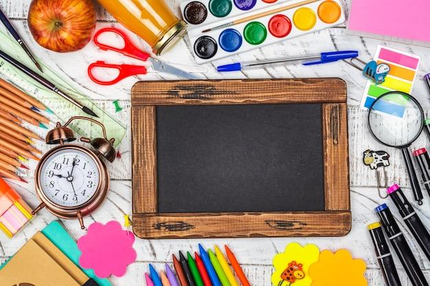 Statonery della scuola su priorità bassa bianca
