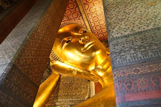 Statua d'oro reclinabile del buddha