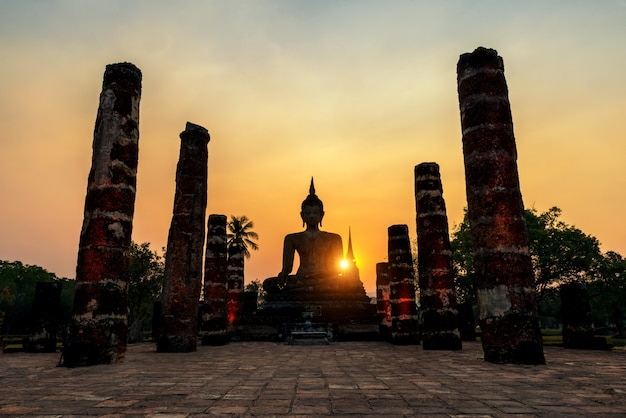 Statua del buddha a wat mahathat nel parco storico di sukhothai a sukhothai, tailandia