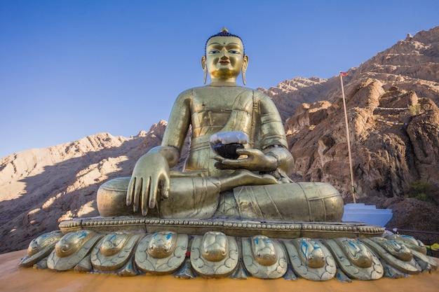 Statua del buddha al monastero di hemis