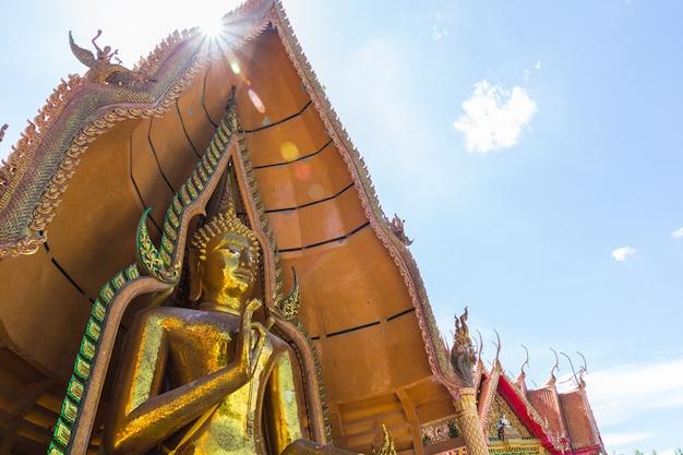Statua del buddha del tempio tailandese, sua di wat thum, provincia di kanchanaburi, tailandia