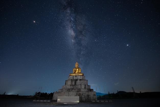 Statua del buddha e via lattea