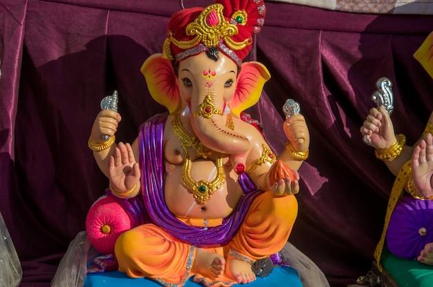 Statua del dio indù ganesha in un'officina