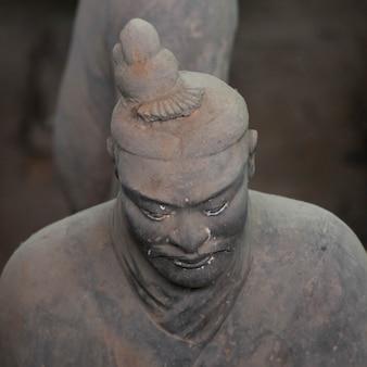Statua del guerriero di terracotta al museo dell'esercito di guerrieri di terracotta, xi'an, cina.