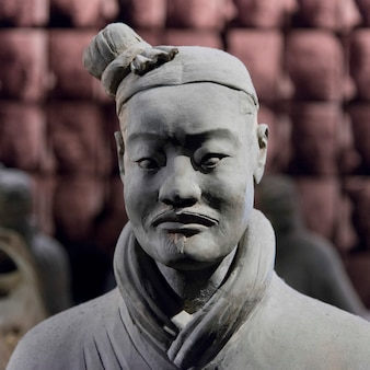 Statua del guerriero di terracotta al museo di storia di shaanxi, xi'an, cina