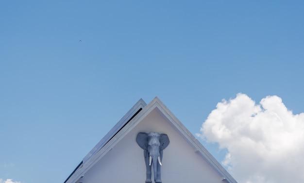 Statua dell'elefante e bel cielo
