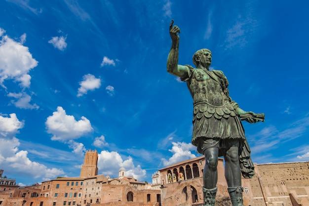 Statua dell'imperatore traiano, di fronte ai mercati di traiano. roma, italia