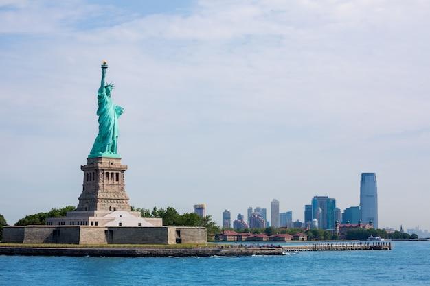 Statua della libertà di new york e manhattan usa