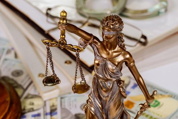 Statua della signora della giustizia in scala con una cartella di file con i contratti di conservazione dei documenti