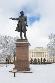 Statua di aleksander pushkin in piazza delle arti in inverno, st petersburg, russia.