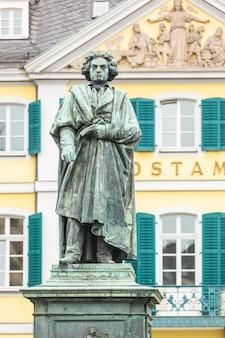Statua di beethoven davanti all'ufficio postale principale di bonn