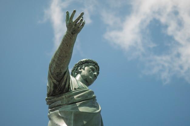 Statua di bronzo nella patina. il duca di richelieu punta con la mano