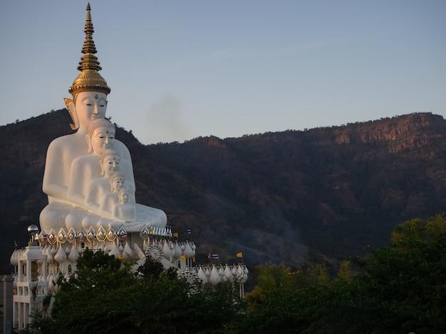 Statua di buddha nel tempio phasornkaew