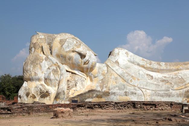 Statua di buddha sdraiato