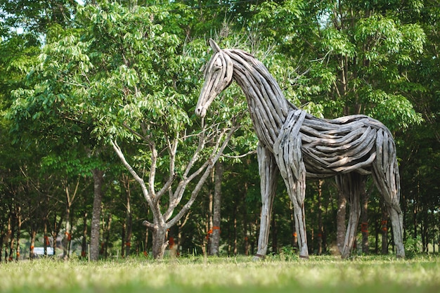 Statua di cavallo di legno fatta di legni
