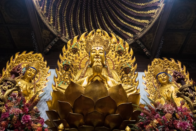 Statua di dio buddista nel tempio antico longhua. cina, shanghai.